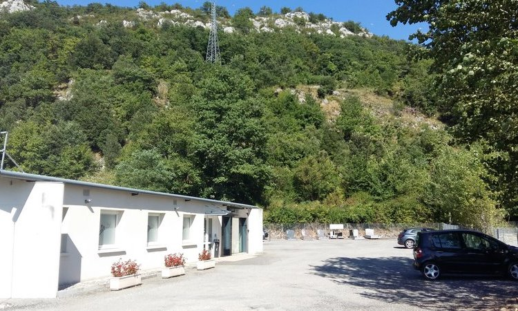 Recueil en famille dans une chambre funéraire à Foix.